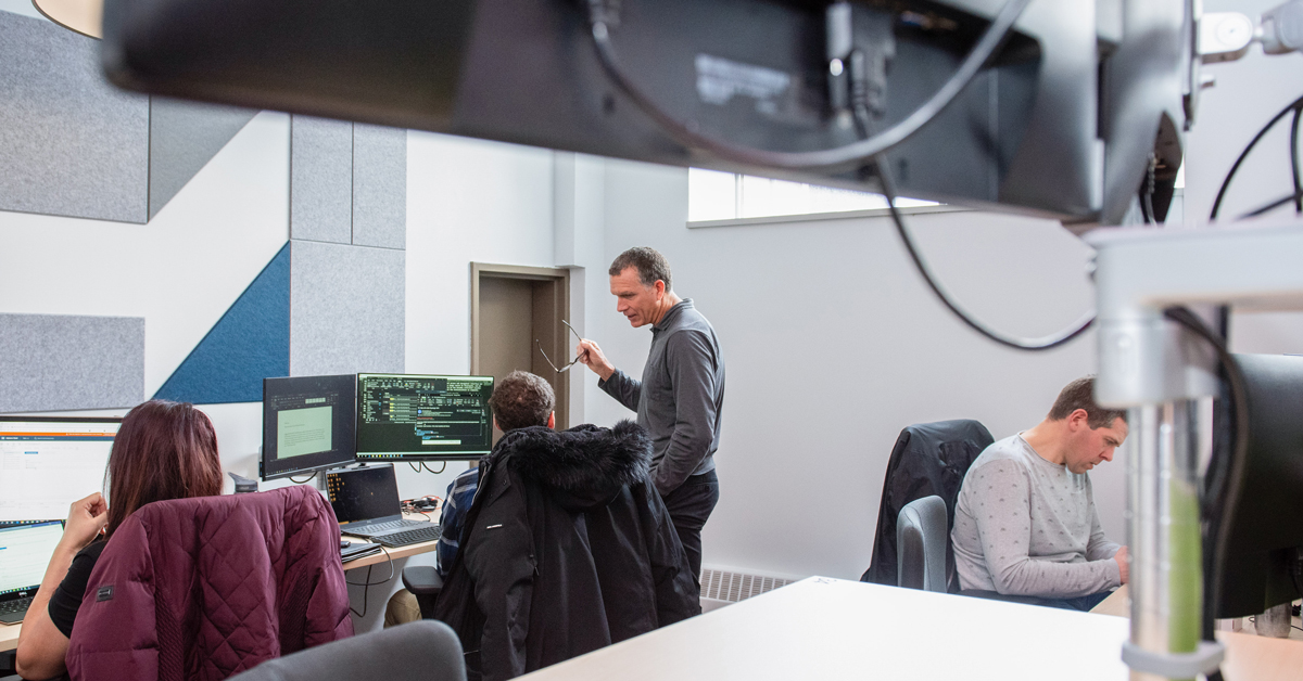 Personnes travaillant dans un bureau informatique