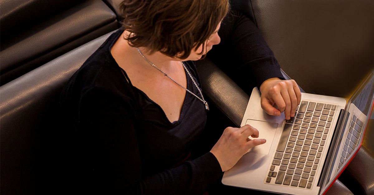 femme tapant sur le clavier d'un ordinateur portable