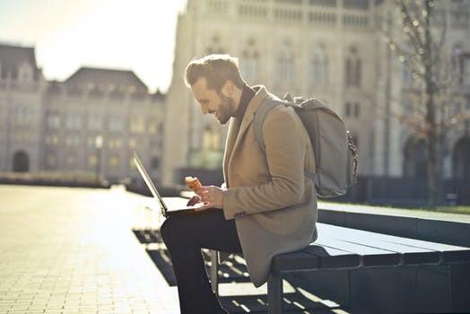 Une personne accédant aux applications en ligne