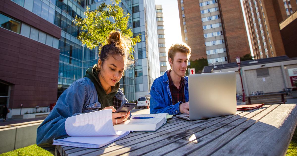 Deux étudiants étudient dehors