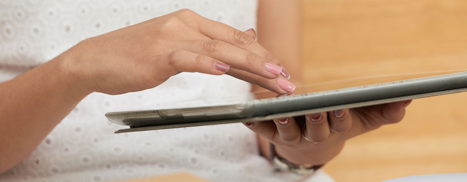 mains féminines travaillant sur un ordinateur tablette