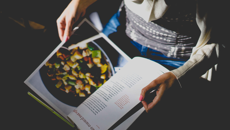 Un livre de recettes dans des mains