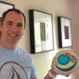 """Jean-François Dion avec son gâteau """"Mission migration : Succès !""""."""