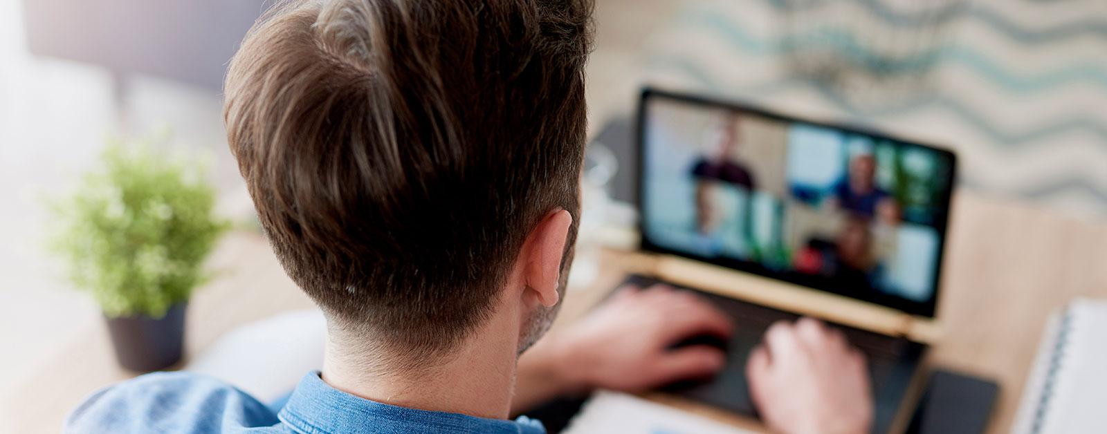 Homme en conférence vidéo avec quatre personnes