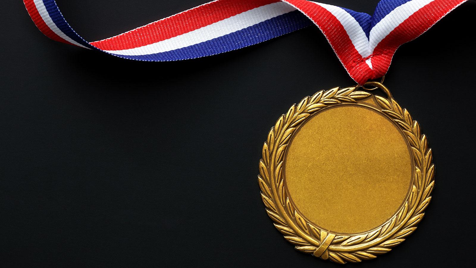 médaille d'or avec un ruban bleu, blanc et rouge