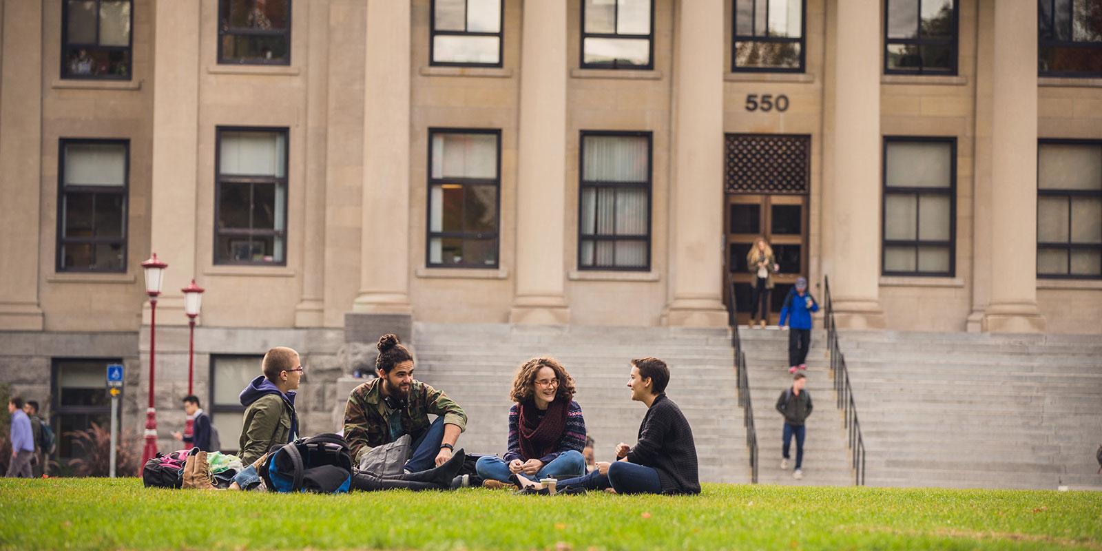 les étudiants sur l'herbe rapprochés