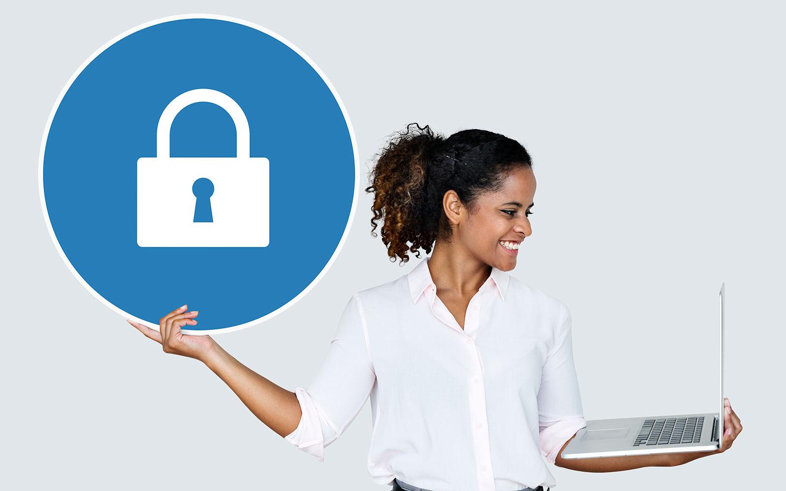 Femme qui teint image d'un cadenas dans une main et un ordinateur portable dans l'autre main